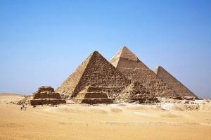"""אתר הפירמידות בגיזה במבט מדרום-מערב, מתוך אתר """"ויקיפדיה"""""""